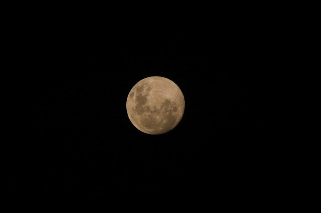 Mond am Himmel über Afrika in der Kalahari © badenduo.de