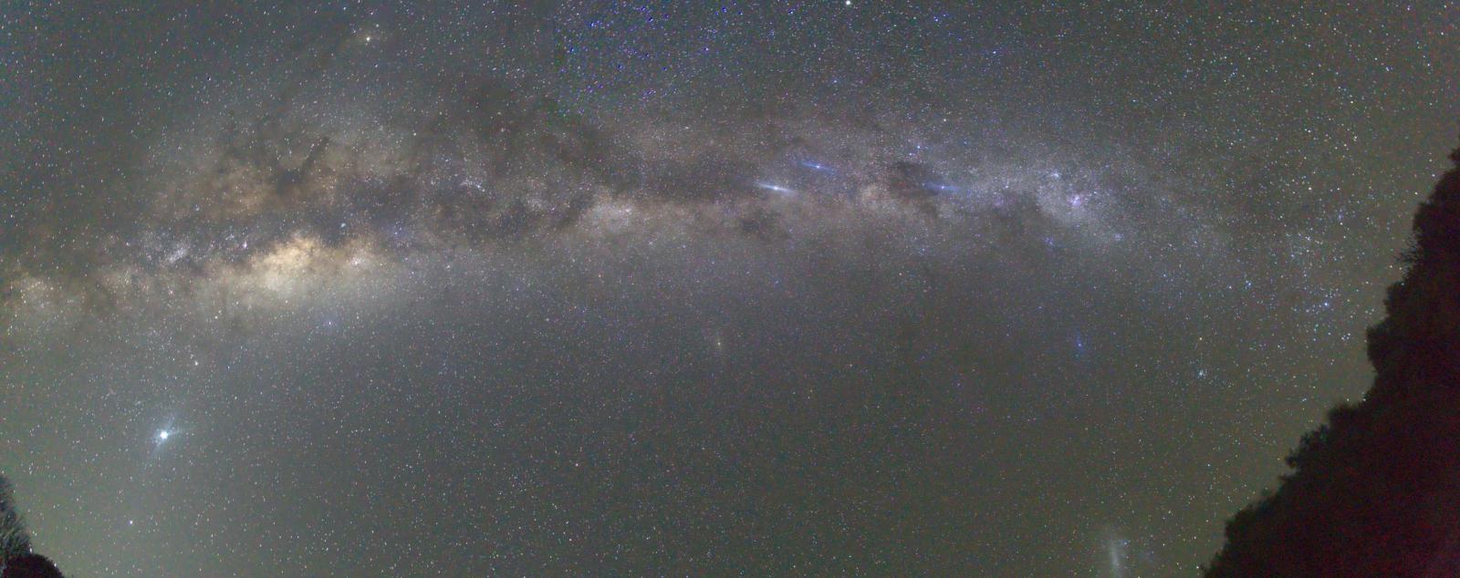 das Lichtband der Milchstraße von West nach Ost